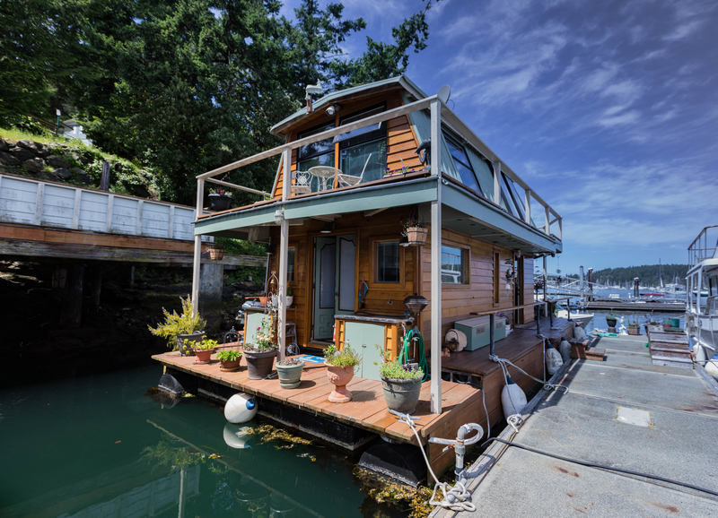 A picture of a type of floating home.