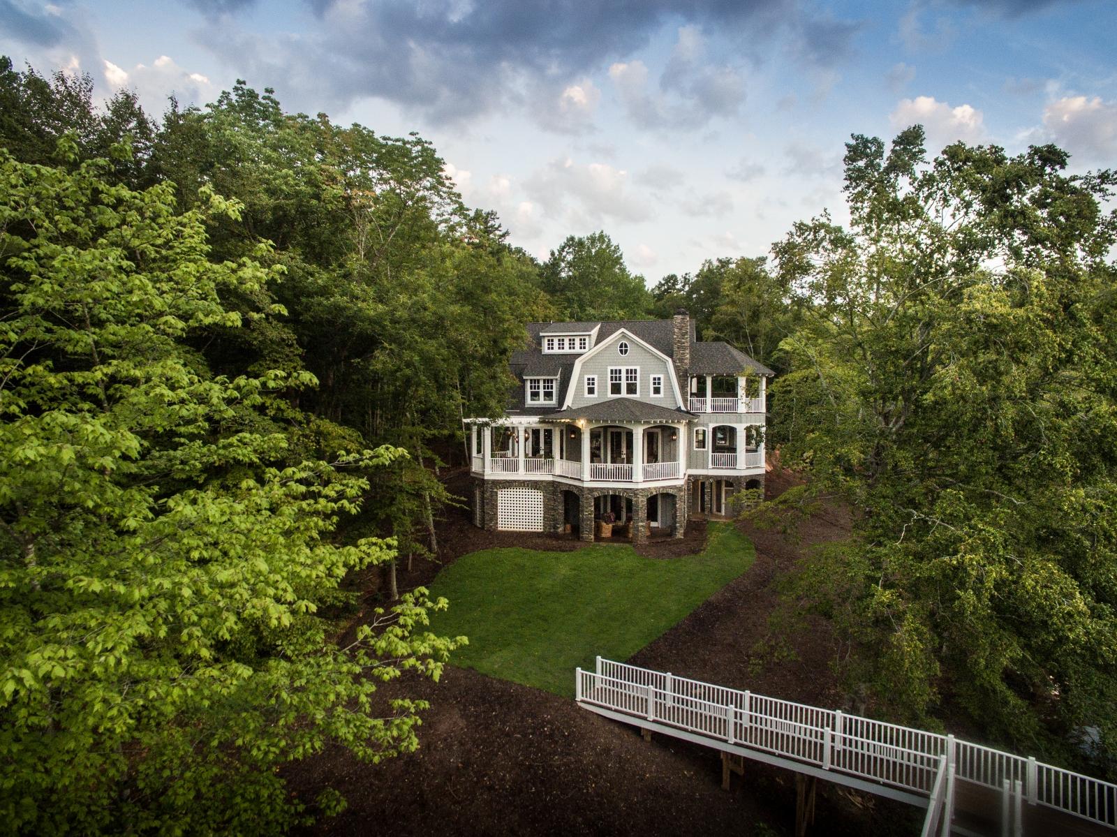 Utiliser la photographie de drone immobilier pour photographier une maison et son paysage environnant.