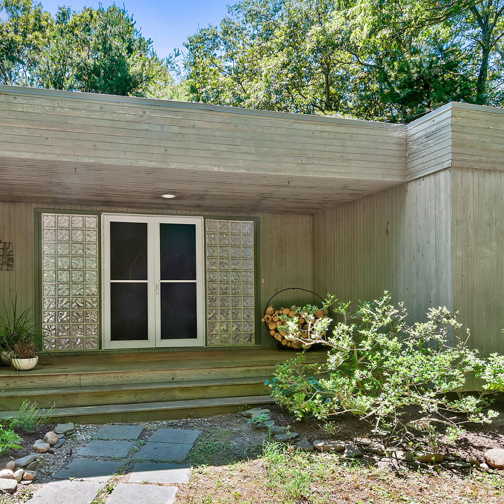 A photo of the rear entrance at 58 Longwoods Ln, East Hampton