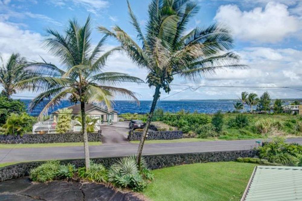 affordable hawaii real estate in Kupaoa backyard